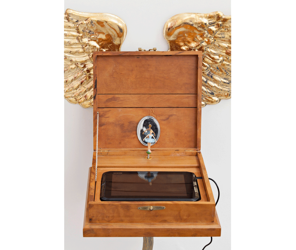 Gersony: Series Paradança I Box, 2014_2017. Wood, electronic media, resin and aluminum, 105x94x38cm.